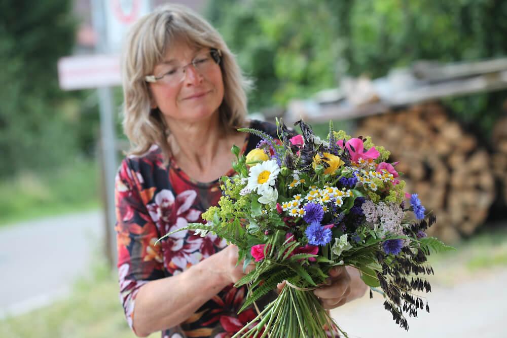 Elobana mit buntem Blumenstrauß