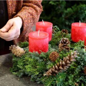 Adventskranz mit roten Kerzen